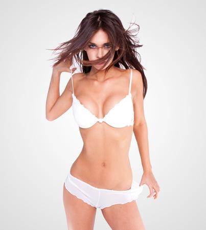 femmes nues sexy: brunette sexy lingerie blanc Banque d'images