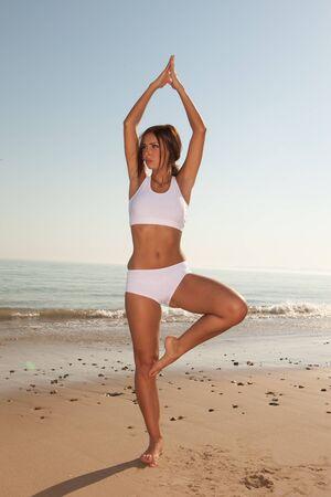 haciendo ejercicio: ejercicio de mujer morena de gimnasio en la playa