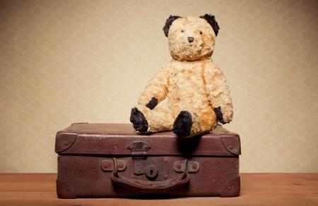 teddy bear: Infancia Nostalgia del oso de peluche. Old Vintage osito de peluche y maleta de cuero con copyspace. Foto de archivo