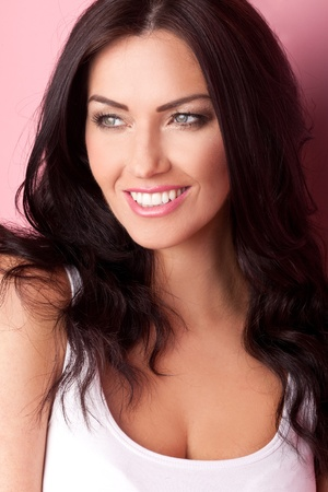 mooie vrouwen: Mooie vrouw met een mooie grote glimlach en een fonkeling in haar ogen.