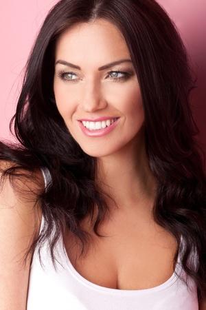 schöne frauen: Schöne Frau mit einem schönen Lächeln und einem Funkeln in ihren Augen.
