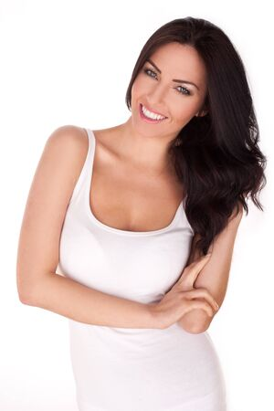 belle brunette: Sourire femme brune portant un débardeur sur un fond blanc