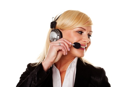 relaciones publicas: Sonriente mujer profesional con estilo usando auriculares y un micrófono como recepcionista, asistente personal o un oficial de relaciones públicas