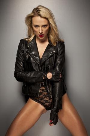handschuhe: Verf�hrerische Frau posiert in einem schwarzen Lederjacke, Handschuhen und Spitzen-W�sche geben der Kamera eine schw�l aussehen