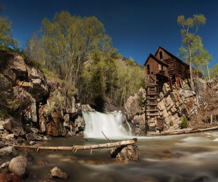 molino de agua: Crystal River y el Molino Perdido caballo o Mill Crystal, en Colorado que se utiliza para suministrar energía a las minas de plata cercanas a través de una rueda hidráulica de conducción de un compresor de aire, parte de la Ciudad de Cristal Ghost