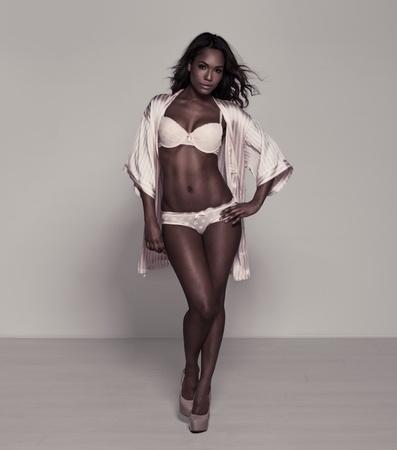 modelo sexy: Modelo con estilo hermosa yong africano de moda en ropa interior posando en una camisa de moda y zapatos de tac�n alto, lleno longitud retrato standing mostrando su cuerpo delgado y patas largas