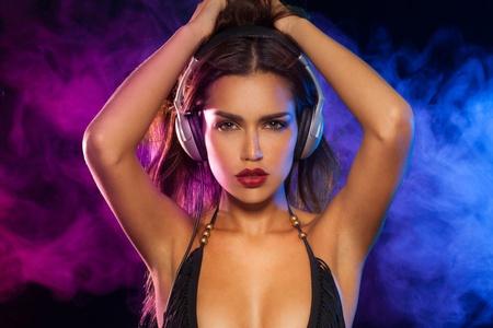 morena sexy: Brunette atractivo con los auriculares