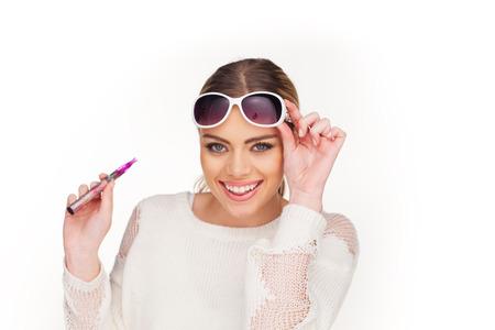 gelukkige vrouw roken e-sigaret draagt een zonnebril