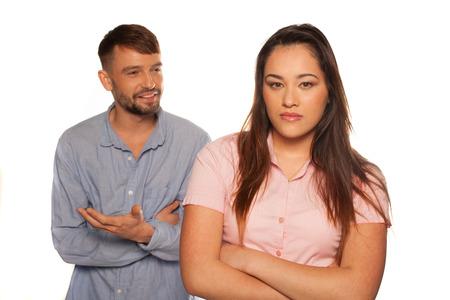 novios enojados: Joven pareja tener un argumento con el hombre discutir o dar explicaciones y la mujer triste o molesto
