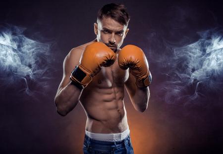 boxeador: Barbudo hermoso joven boxeador con estilo que presenta hacia la cámara