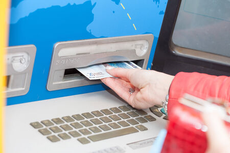 automatic teller machine: Mujer que toma los billetes de un cajero autom�tico de banco o cajero autom�tico de la eliminaci�n de las cuentas de la ranura de la m�quina como los dispensa Foto de archivo