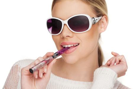 Młoda Kobieta Smokin E-papieros ma na sobie okulary
