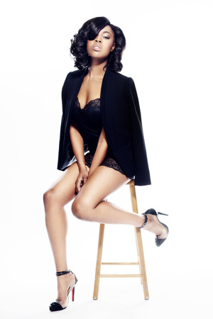 Mujer joven hermosa del afroamericano en blanco de moda elegante