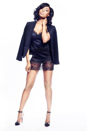 Hermosa mujer joven afroamericano en blanco moda elegante