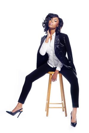Mooie Afro-Amerikaanse jonge vrouw op witte modieuze