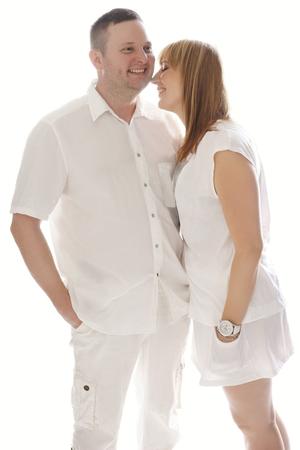 emphasising: Molto giovane coppia felice in Attrezzatura bianca. Sottolineando il loro Amore Innumerevoli Pure. Archivio Fotografico