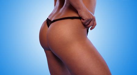 frauenarsch: Sexy Woman with Black Ass T-Back Unterw�sche isoliert auf Gradient Sky Blue Background. Lizenzfreie Bilder
