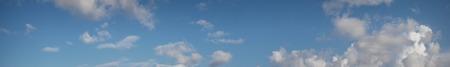 clima tropical: Tranquila playa bajo el cielo azul encima del promedio en un clima tropical.