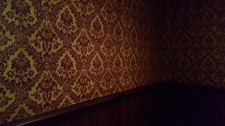 habitacin interior oscuro con el papel pintado barroco y madera foto de archivo