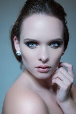 ojos azules: bella mujer morena con ojos azules y labios grandes Foto de archivo