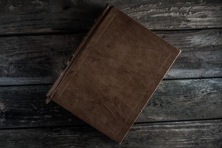 altes Buch auf Holz Hintergrund