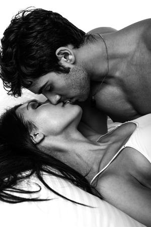 femme sexe: fermer Overhead up portrait d'un jeune couple romantique étreintes et baisers, fixant sur un lit blanc, ayant des rapports sexuels et d'aimer les uns les autres. Amour et relations style de vie, une chambre intérieure.