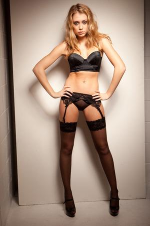mujeres eroticas: La fotografía erótica de la mujer joven y hermosa en ropa interior atractiva Foto de archivo
