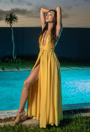 84f340f2c68e Mujer Morena De Moda Precioso Vestido Amarillo Elegante Sentado Al ...