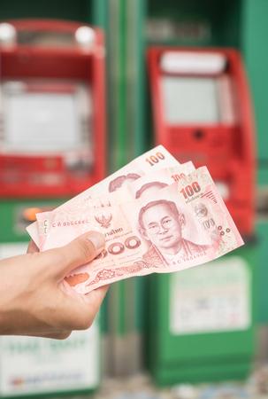 automatic transaction machine: Primer plano de dinero en efectivo explotación de la mano de la mujer withdrawned de ATM