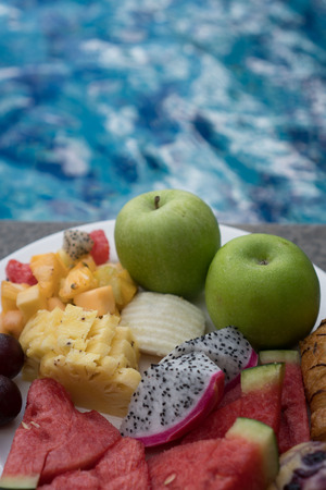 fruta tropical: Fruit plate by hotel pool. Exotic summer diet. Tropical beach lifestyle.