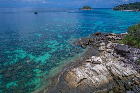 Vista aerea del drone parte del paradiso roccioso dell'isola di Koh Kra con il mare della laguna sullo sfondo, Thailandia