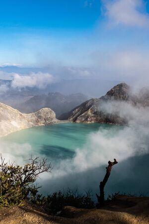 Aerial view of beautiful Ijen volcano with acid lake and sulfur gas going from crater, Indonesia Stockfoto