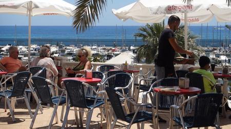 Waiter serves drinks 스톡 콘텐츠 - 124998858
