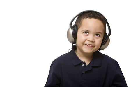 Jongen het luisteren naar muziek met een koptelefoon op witte achtergrond Stockfoto