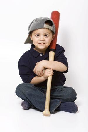 hispanic boy: Muchacho joven hispano con un bate de b�isbol y pelota