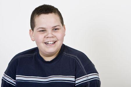Happy jongen lachend op lichte achtergrond