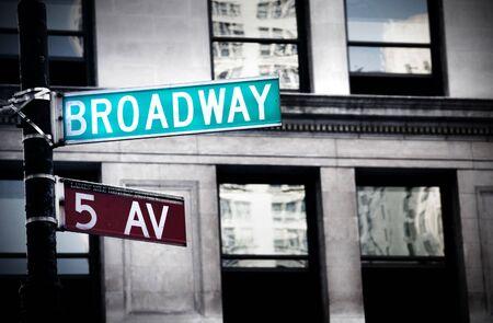汚れたハイコントラスト色とニューヨークでブロードウェイ記号