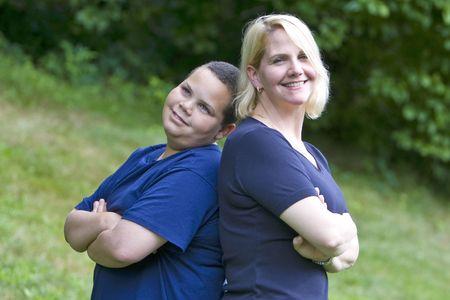 mamma e figlio: Madre e figlio in piedi back to back al di fuori