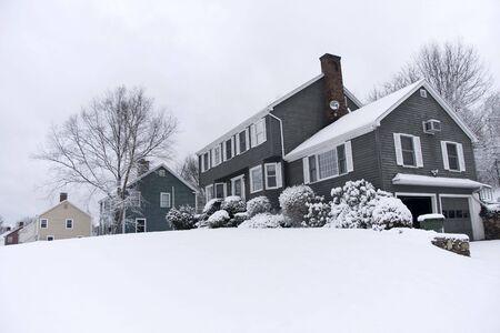 casa colonial: Tradicional casa de estilo colonial en el invierno
