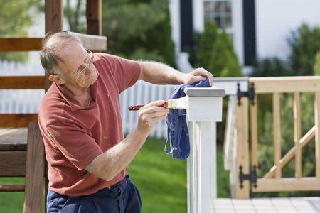 Homme mûr clôture peinture en plein air Banque d'images - 4863069
