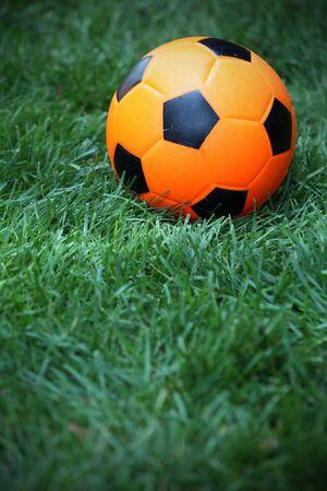 futbol infantil: El f�tbol juguete Kids yace en el suelo Foto de archivo