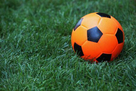 futbol infantil: El fútbol juguete Kids yace en el suelo Foto de archivo