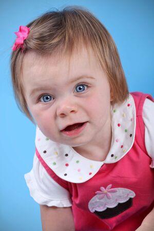 12 month old: Cute girl baby isolati su sfondo blu