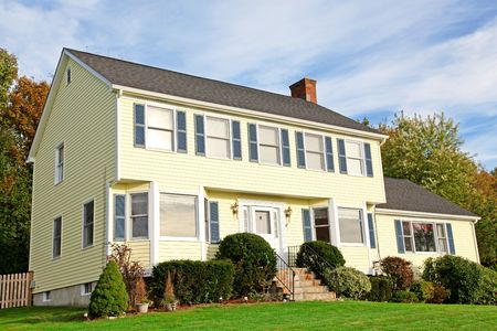 casa colonial: Casa colonial de estilo Nueva-Inglaterra amarillo Foto de archivo