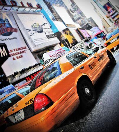 broadway: Yellow Cab in hohem Kontrast Farbe und Vignette, die Beschleunigung durch Times Square, New York