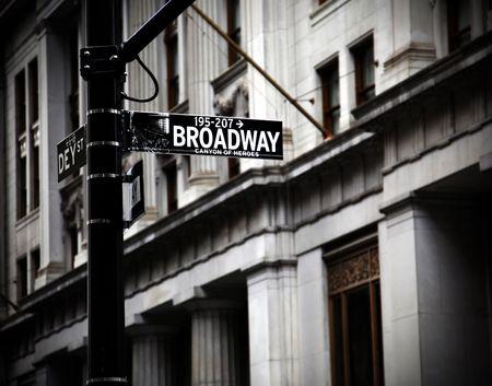 ブロードウェイ高コントラスト ・ カラーでニューヨークの英雄の渓谷上署名します。