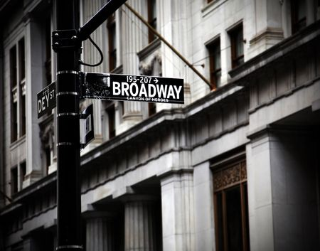 broadway: Broadway sign on Canyon of Heroes in New York in hohem Kontrast-Farbe