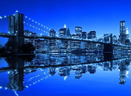 Brooklyn Bridge in New York with a blue hue Imagens
