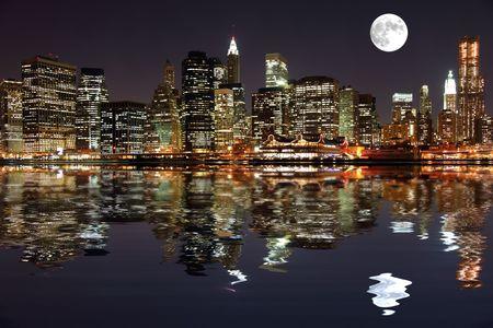 skyline nyc: Lower Manhattan en Nueva York en la noche con la reflexi�n en el agua