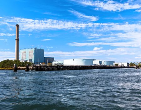 바다 옆 해안선에 위치한 발전소
